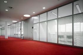Ganzglastrennwand mit innenliegenden Jalousien (Trennwände, Trennwand, Ganzglas, Vollglas)