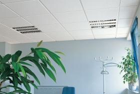 Akustikdecke im Büro mit eingebauten Deckenleuchten