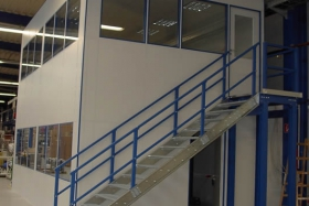 Doppelgeschossiges Meisterbüro in Produktionshalle