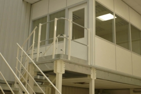 Lagerbühne: Meisterbüro oberhalb Fertigung