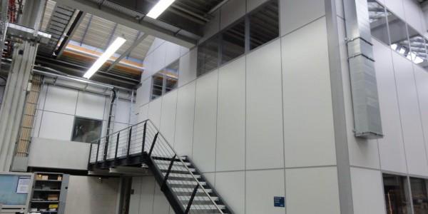 Doppelgeschossiges Hallenbüro mit Außentreppe